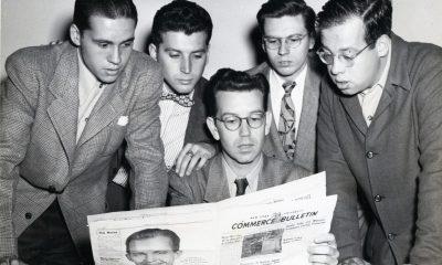 Dresskledde menn med en avis, 50-talllsstil.