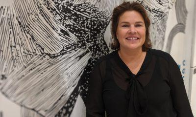Kari Bech-Moen mot en kunstutsmykket vegg i DNBs hovedkvarter