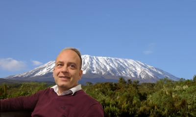 Shiraz Bhajii med Kilimanjaro som bakgrunn (bildet er manipulert)